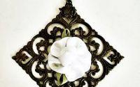 garofita alba in tablou - pandantiv