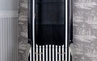 Vitrina din lemn masiv negru cu dungi albe