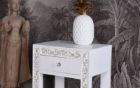 Noptiera exotica din lemn masiv alb cu decoratiuni