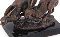 Doi iepuri- statueta din bronz pe un soclu