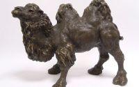 Dromader-statueta din bronz pe un soclu