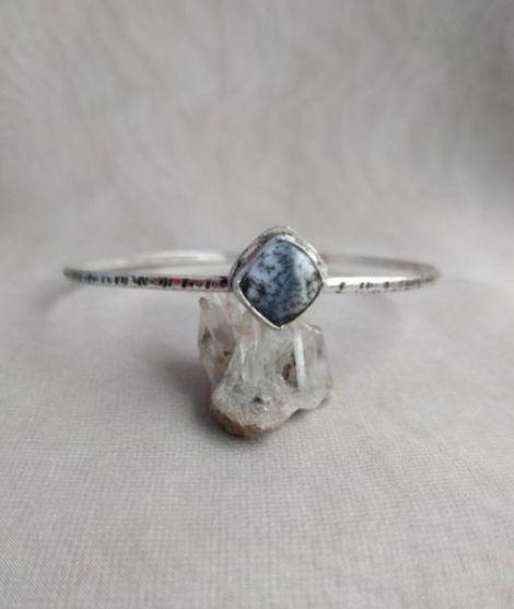 Bratara rotunda din argint texturat si opal
