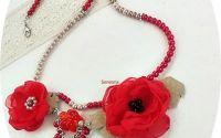 colier cu flori rosii  si perle