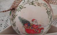 ornament glob mos craciun cu sanie