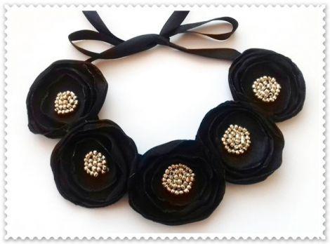 Colier flori negre
