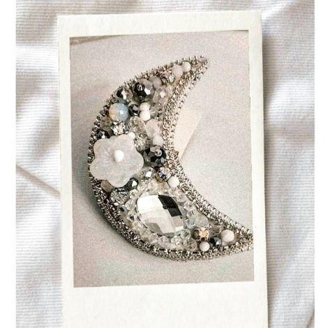 Brosa semiluna alb-argintiu