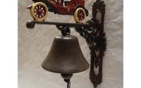 Clopot din fonta cu o masina de epoca