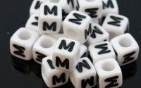 6mm margele plastic alfabet litera M cub 100buc
