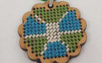 Colier cu pandantiv brodat pe lemn - Floare