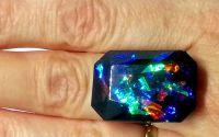 Inel negru cu reflexii multicolore