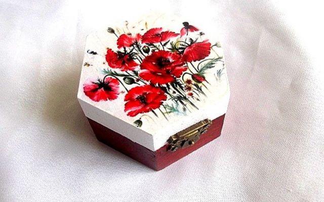 cutie lemn decorata cu maci