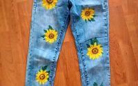 Blugi pictati manual cu floarea-sorelui
