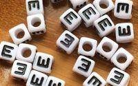 7mm margele albe alfabet litera E cub 100buc