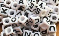 100 buc Margele albe litere alfabet mix cub 7 mm