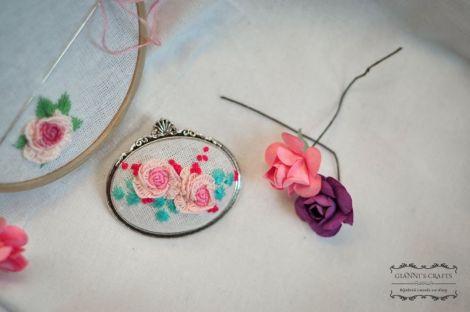 Brosa brodata manual- trandafiri