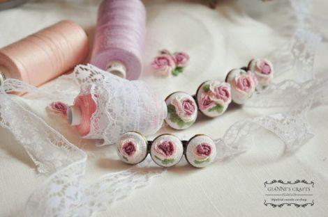 Set brodat manual- agrafe cu  trandafiri