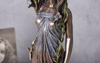 Statueta Art Nouveau cu o femeie cu flori