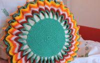 fata de perna rotunda cu galben colorat crosetat