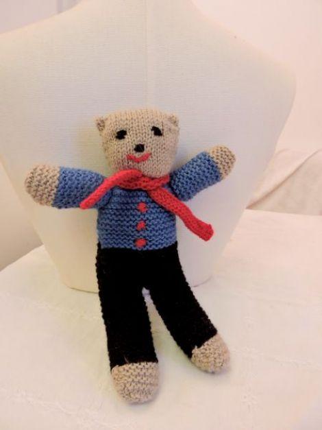 jucarieursulet tricotat manual cu pantaloni negri
