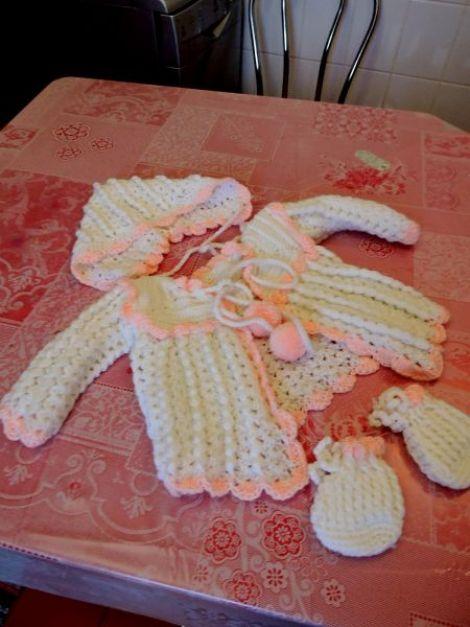 set tricotat pentru bebe roz alb