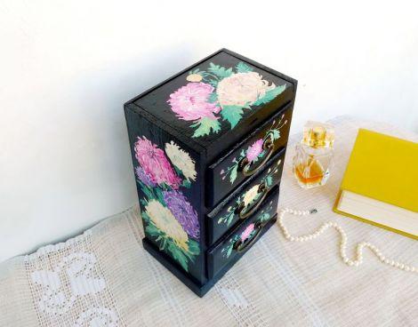 Mini comoda pictata cu crizanteme