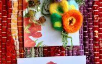 Cercei din flori impaslite si margele acrilice