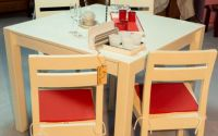 Masa cu patru scaune din lemn masiv
